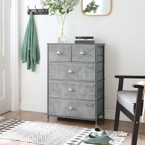 Un armadio è sempre una necessità in casa per meglio riordinare i tuoi vestiti